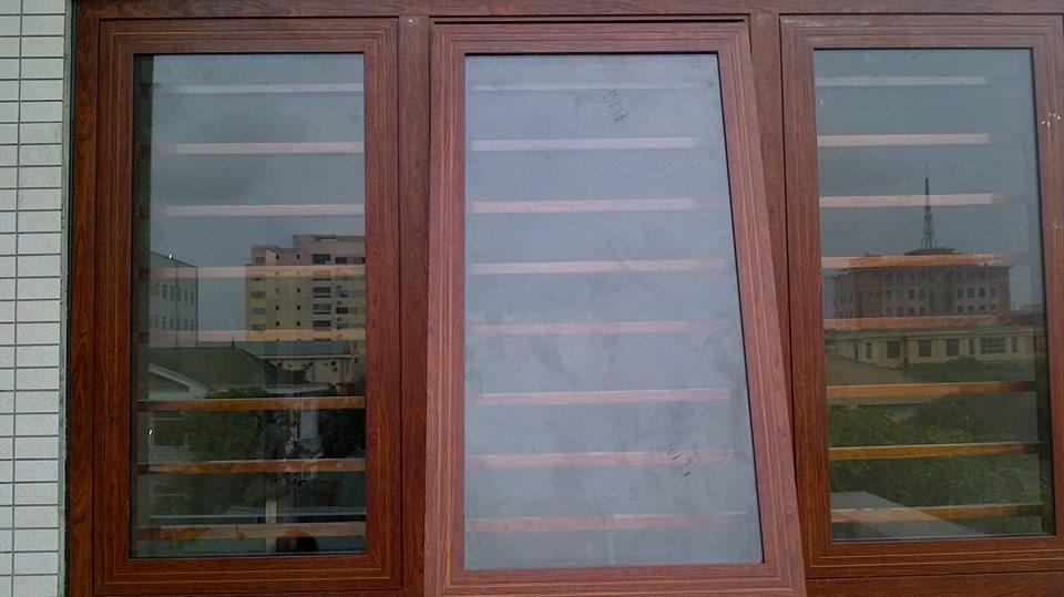cửa sổ nhôm xingfa vân gỗ